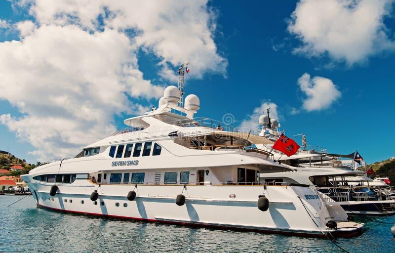 Gustavia, stbarts - 25 de enero de 2016: navegando, viaje de lujo en el yate Yates anclados en el embarcadero del mar en la playa fotos de archivo libres de regalías