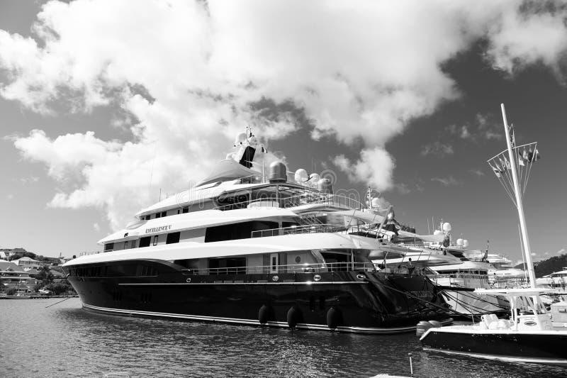 Gustavia, stbarts - 25 de enero de 2016: transporte y buque del agua Yates anclados en el embarcadero del mar en la playa tropica fotos de archivo