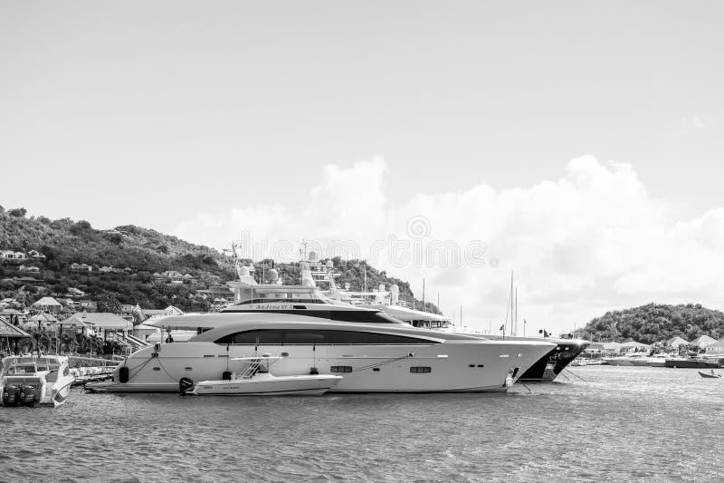 Gustavia, stbarts - 25 de enero de 2016: yates anclados en el embarcadero del mar en la playa tropical Navegando, viaje de lujo e fotografía de archivo libre de regalías