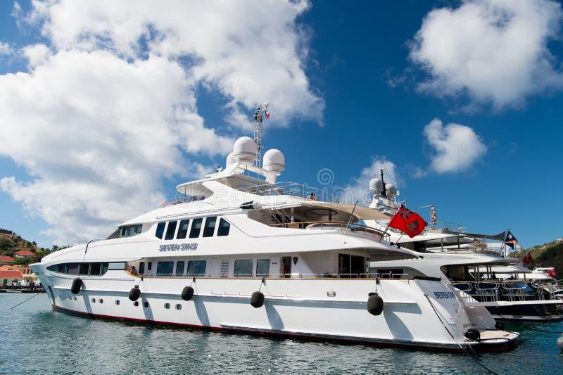 Gustavia, stbarts - 25 de janeiro de 2016: vela, curso luxuoso no iate Iate ancorados no cais do mar na praia tropical verão VAC fotos de stock royalty free