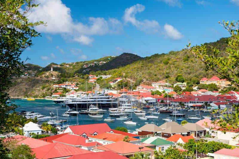 Gustavia, stbarts - 25 de janeiro de 2016: yacht club ou porto com navios e barcos no porto tropical Vela e navigação Luxo tr fotografia de stock royalty free