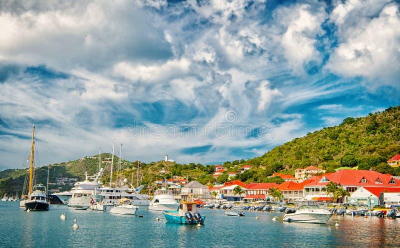 Gustavia, stbarts - 25 de noviembre de 2015: barcos en club náutico o puerto en puerto tropical El navegar y navegación lujo foto de archivo libre de regalías