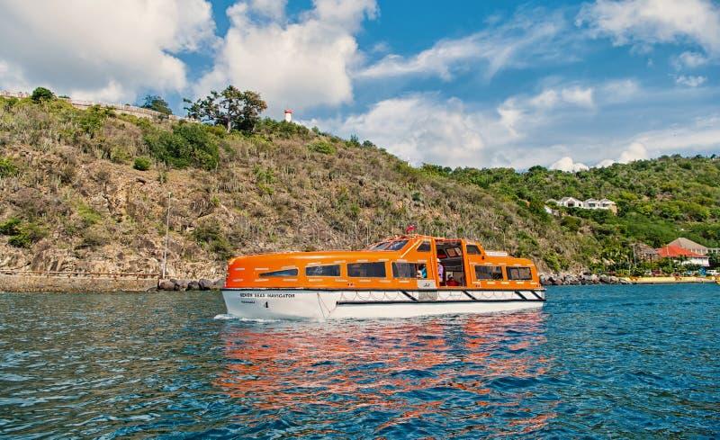 Gustavia, stbarts - 25 de noviembre de 2015: viaje de la nave en el mar azul a lo largo de la costa Transporte y buque del agua t fotografía de archivo libre de regalías