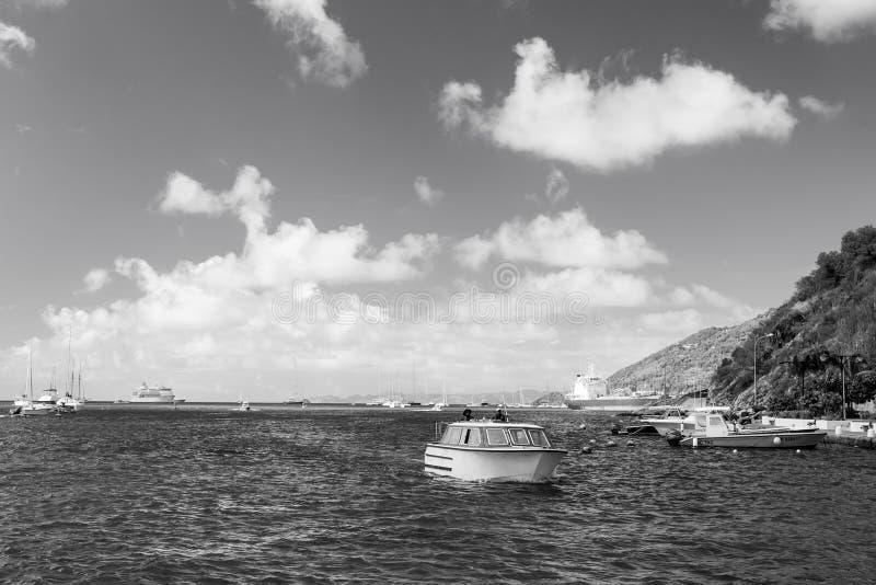 Gustavia, stbarts - 25 gennaio 2016: viaggio dell'imbarcazione a motore in mare su cielo blu nuvoloso Viaggiando sulla barca Tras fotografia stock