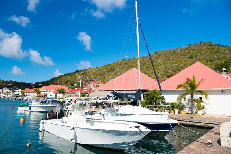 Gustavia, stbarts - 25. Januar 2016: Segelboote und Yachten verankert am Seepier auf tropischem Strand Segelsport und Segeln Luxu lizenzfreie stockfotografie