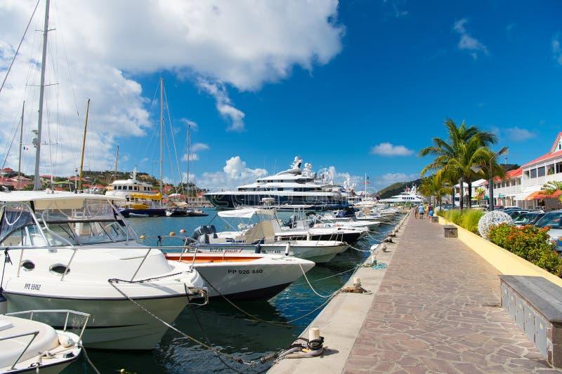 Gustavia stbarts - Januari 25, 2016: fartyg och yachter ankrade på havspir på den tropiska stranden Segling och segling Lyxig tra royaltyfri fotografi