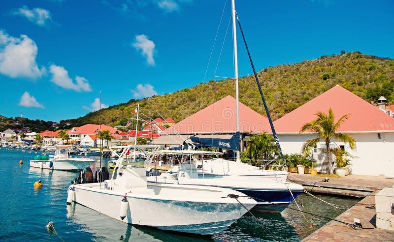 Gustavia stbarts - Januari 25, 2016: segelbåtar och yachter ankrade på havspir på den tropiska stranden Segling och segling royaltyfria foton