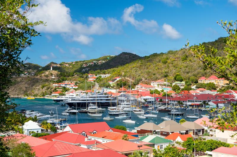 Gustavia stbarts - Januari 25, 2016: yachtklubba eller port med skepp och fartyg på tropisk hamn Segling och segling Lyx tr royaltyfri fotografi