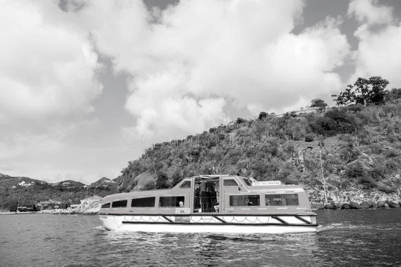 Gustavia, stbarts - 25 novembre 2015: viaggiando sul mare, viaggio della nave di smania dei viaggi in mare blu lungo la spiaggia  fotografia stock libera da diritti