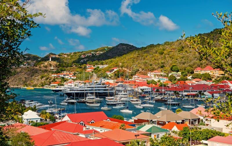 Gustavia, stbarts - 25-ое января 2016: яхт-клуб или порт с кораблями и шлюпками на тропической гавани Плавать и плавать стоковые фото