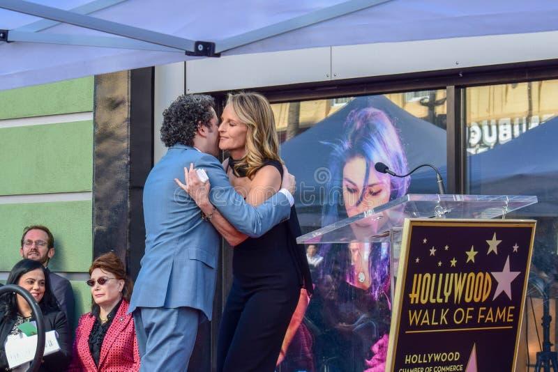 Gustavo Dudamel przytulenia aktorka Helen Hunt przy Gustavo Dudamel Hollywood spacerem sławy Gwiazdowa Odsłania ceremonia obraz stock