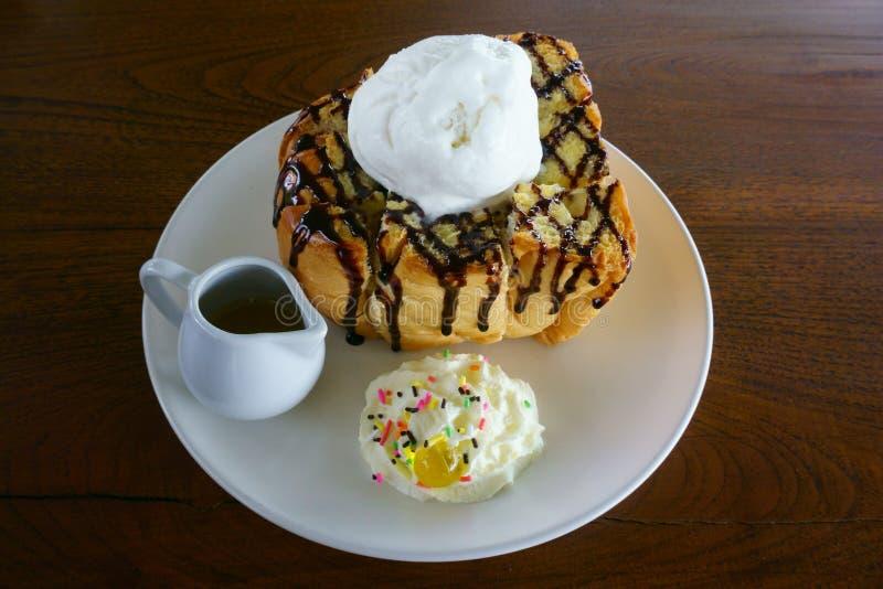 Gusto delicioso de Honey Toast en el plato blanco en la tabla de madera imagen de archivo libre de regalías