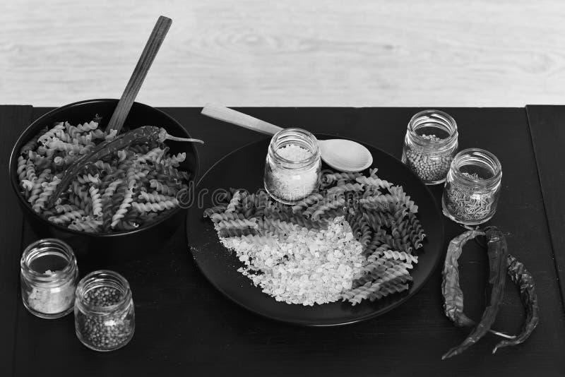 Gusto y concepto picante de la cocina Fusilli con la sal en la placa foto de archivo libre de regalías