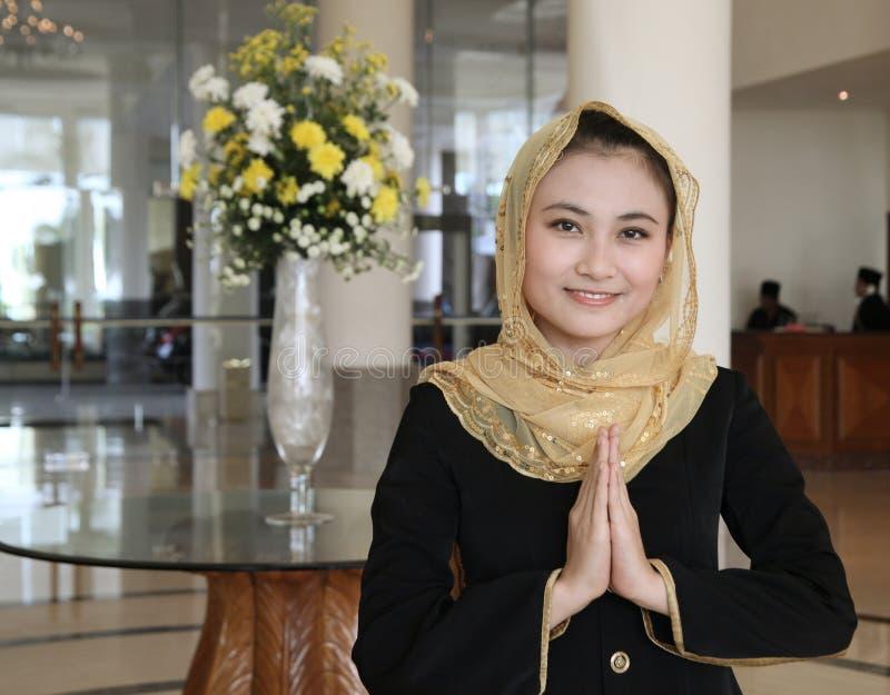 Gusture bem-vindo dos muçulmanos asiáticos imagem de stock