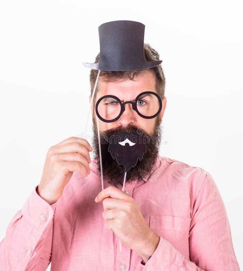 Gut ankleiden lässt Sie intelligenter scheinen Bemannen Sie bärtigen Hippie-Pappzylinder und -brillen, um intelligenter zu schaue lizenzfreie stockbilder