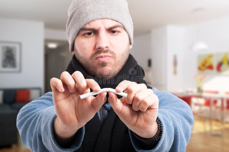 Gut aussehender Mann beendigt zu rauchen lizenzfreie stockfotografie