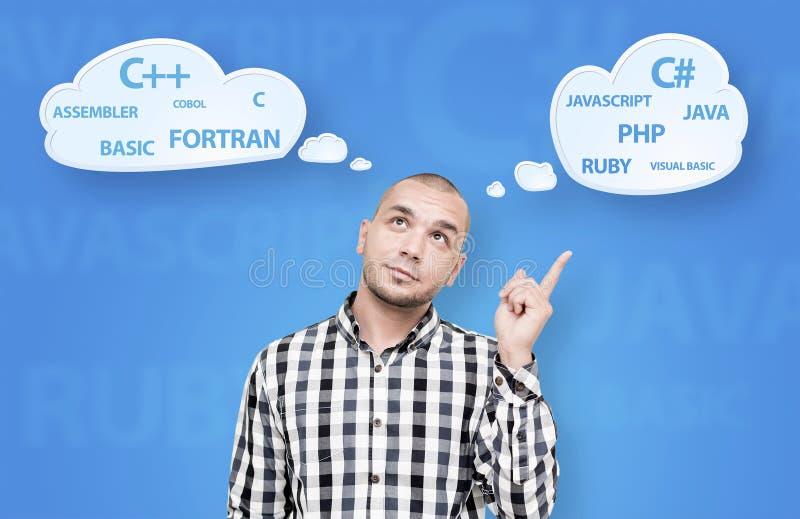 Gut aussehender Mann, der über Programmiersprache sich wundert stockbilder