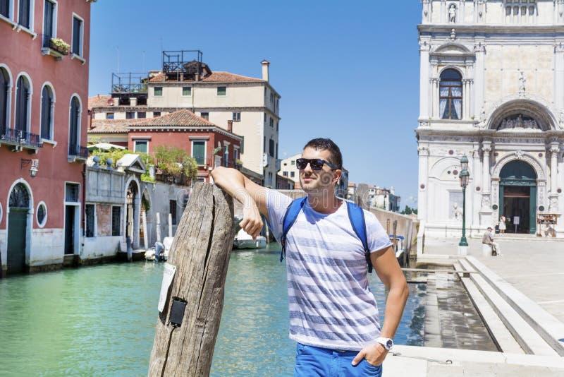 Gut aussehender Mann, der auf Brücke in Venedig, Italien steht lizenzfreies stockfoto