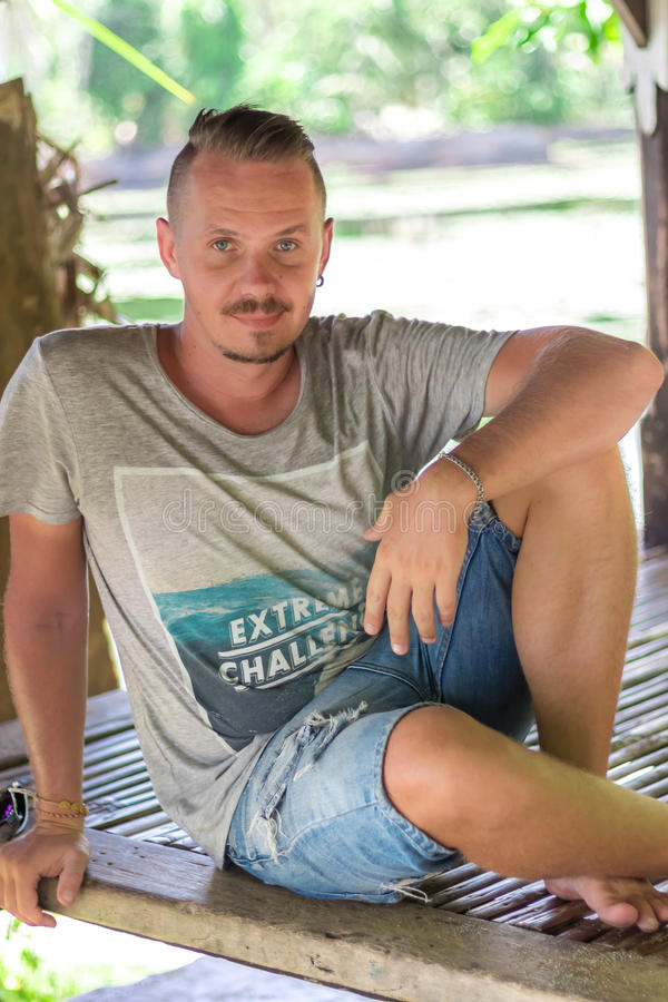 Gut aussehender Mann, der draußen seine Sommerferien die tropische Bali-Insel, Indonesien genießt Porträt des jungen Mannes in hö lizenzfreie stockfotos