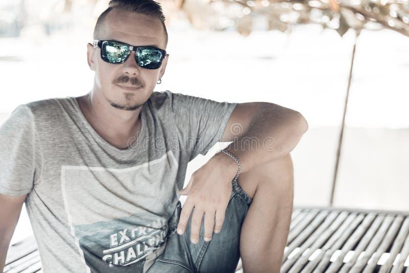 Gut aussehender Mann, der draußen seine Sommerferien die tropische Bali-Insel, Indonesien genießt Porträt des jungen Mannes in hö stockbild