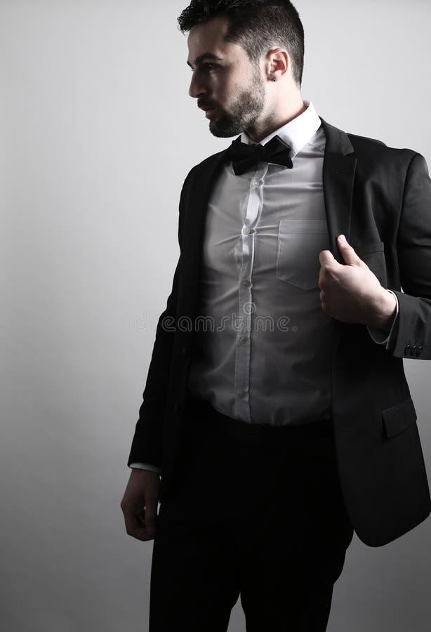 Gut aussehender Mann, der ein Smoking trägt stockfotografie