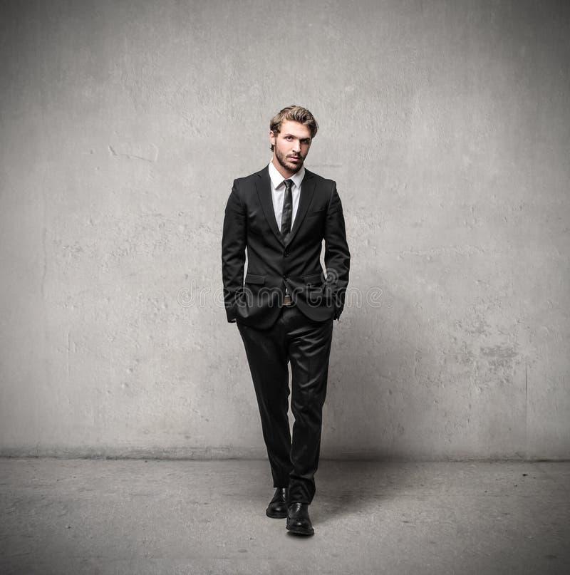 Gut aussehender Mann, der einen Anzug trägt stockbild
