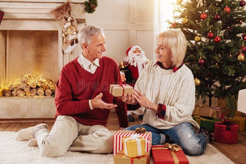 Gut aussehender Mann, der gegenüber von seiner Frau sitzt lizenzfreie stockfotografie