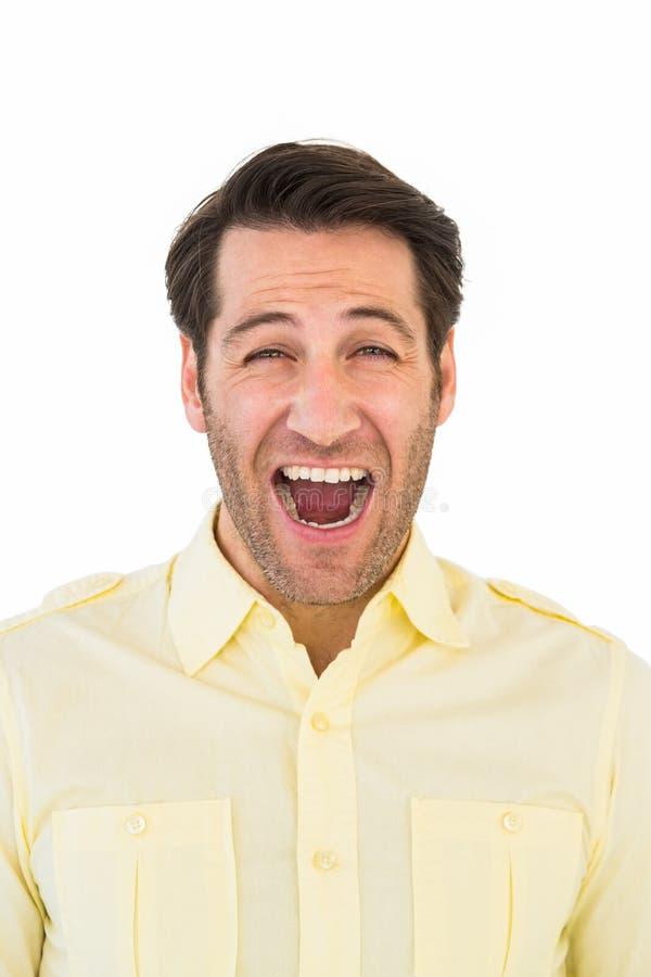 Gut aussehender Mann, der heraus lautes schreit lizenzfreie stockfotografie