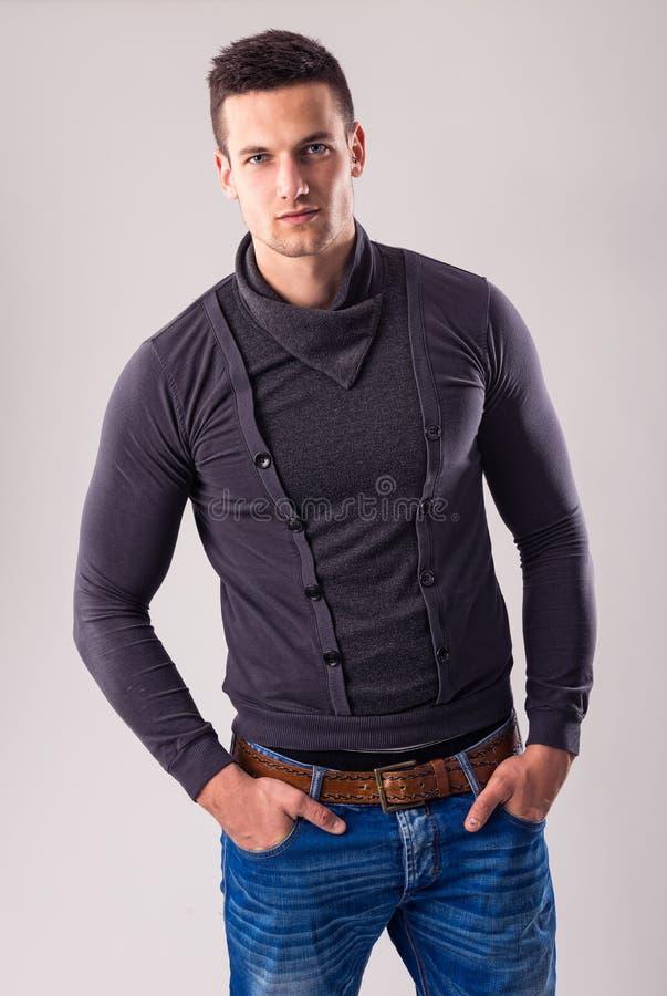 Gut aussehender Mann - in der Herbst-Winter Kollektion lizenzfreies stockfoto
