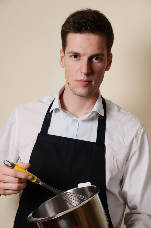Gut aussehender Mann in der Küche lizenzfreie stockfotografie