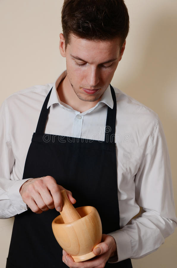 Gut aussehender Mann in der Küche lizenzfreies stockbild