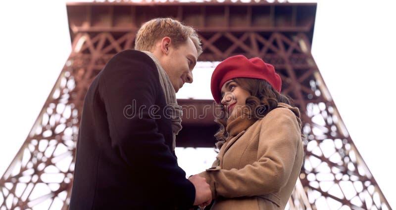 Gut aussehender Mann, der Schönheit mit Liebe, erstes Datum, Romanze in Paris betrachtet lizenzfreies stockfoto