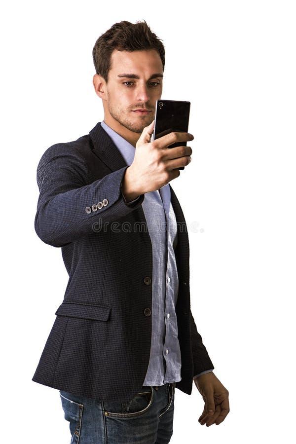Gut aussehender Mann, der selfie Foto am Handy macht stockfoto