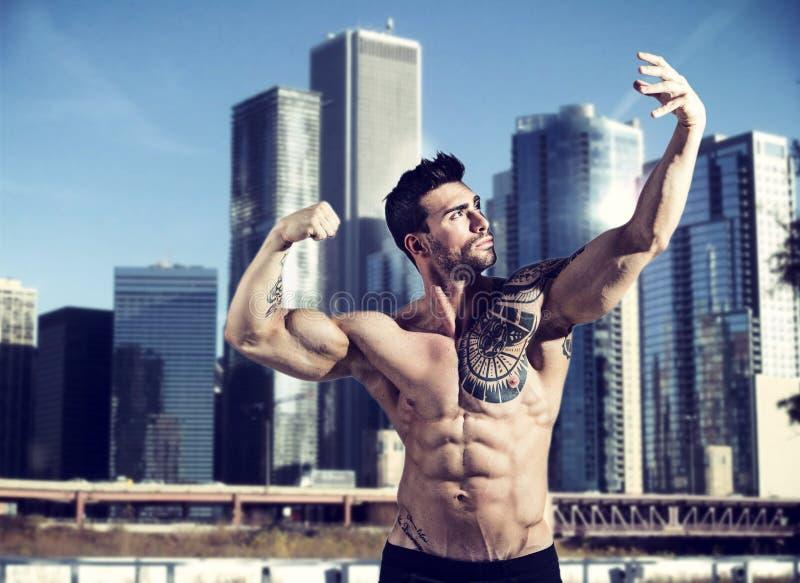 Gut aussehender Mann, der in der Stadt aufwirft stockfotografie