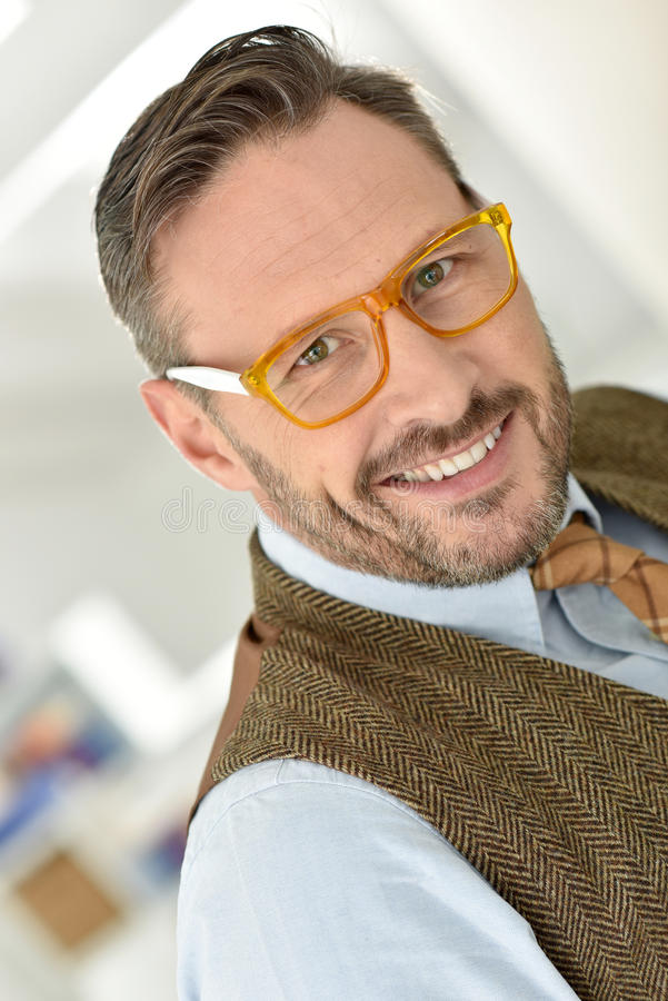 Gut aussehender Mann, der stilvolle Brillen trägt stockbilder