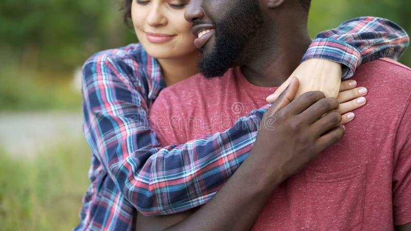 Gut aussehender Mann, der zart empfindliche Hand seiner geliebten Frau, Neigung hält lizenzfreie stockfotos