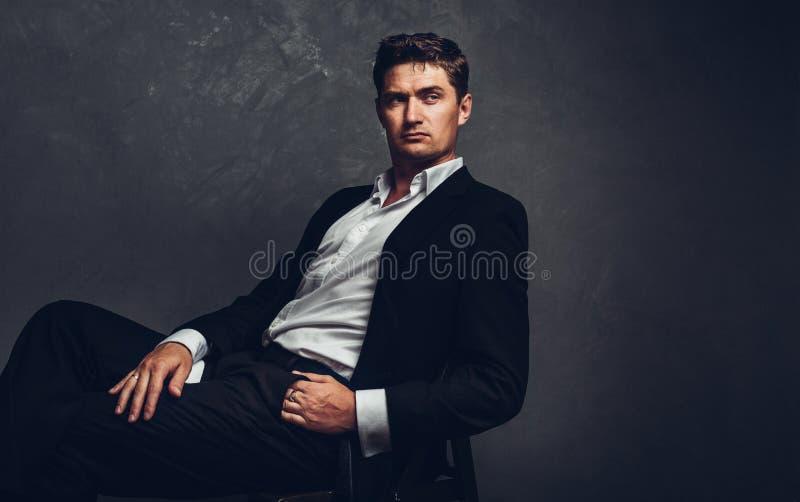 Geschäftsmann Sitzt Auf Stuhl Stockfoto Bild Von Person