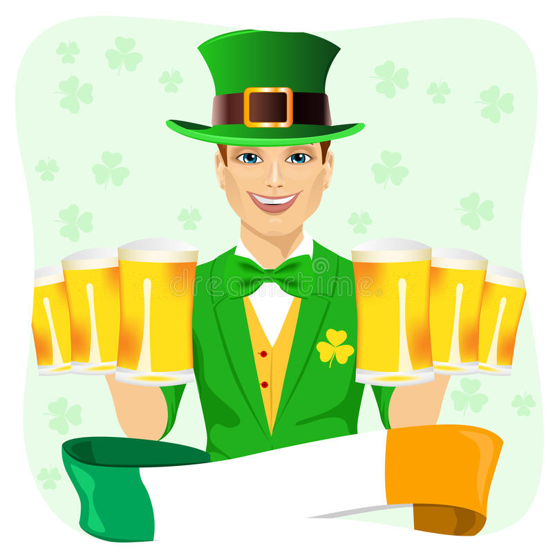 Gut aussehender Mann gekleidet als Kobold, der St- Patricktag sechs goldene Bierkrüge mit irischem Band halten feiert stock abbildung
