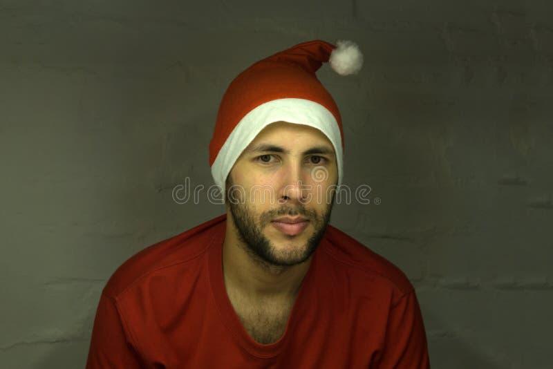 Gut aussehender Mann gekleidet als Santa Claus lizenzfreie stockfotos