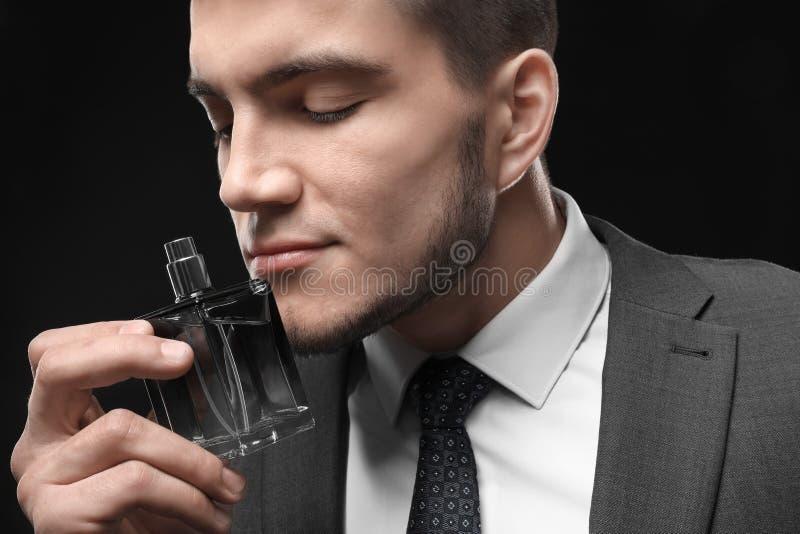 Gut aussehender Mann im Gesellschaftsanzug und mit Flasche lizenzfreies stockbild