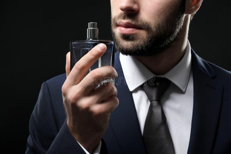 Gut aussehender Mann im Gesellschaftsanzug und mit Flasche stockfotos