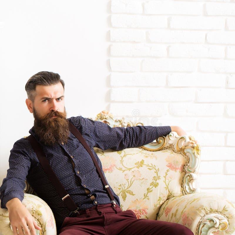 Gut aussehender Mann im Lehnsessel stockfoto