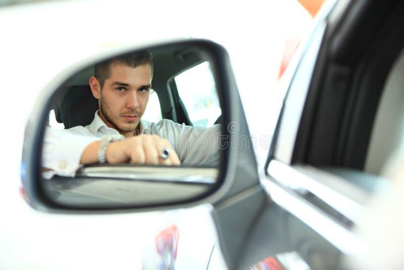 Gut aussehender Mann im Neuwagen stockfoto