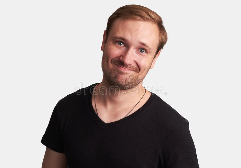 Gut aussehender Mann lächelt Getrennt lizenzfreie stockbilder