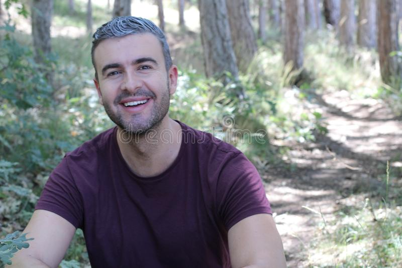 Gut aussehender Mann mit dem grauen Haar draußen lizenzfreies stockbild