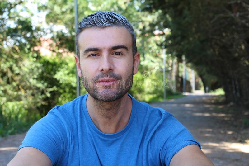 Gut aussehender Mann mit dem grauen Haar draußen stockbilder