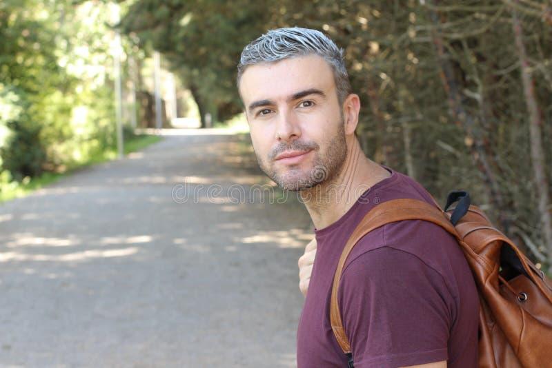 Gut aussehender Mann mit dem grauen Haar draußen stockbild