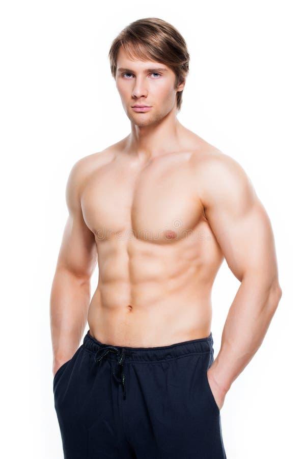 Gut aussehender Mann mit dem muskulösen Torso lizenzfreies stockfoto