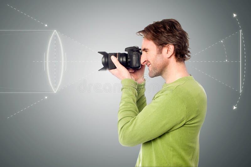 Gut aussehender Mann mit der Kamera lizenzfreies stockfoto