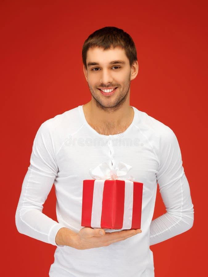 Gut aussehender Mann mit einem Geschenk stockfotos